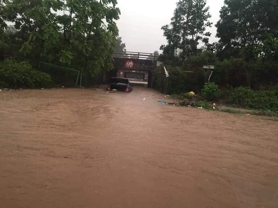 Mưa lớn, nước dâng ngập giường làng ven đô Hà Nội-13