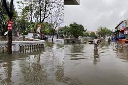 Mưa lớn, nước dâng ngập giường làng ven đô Hà Nội