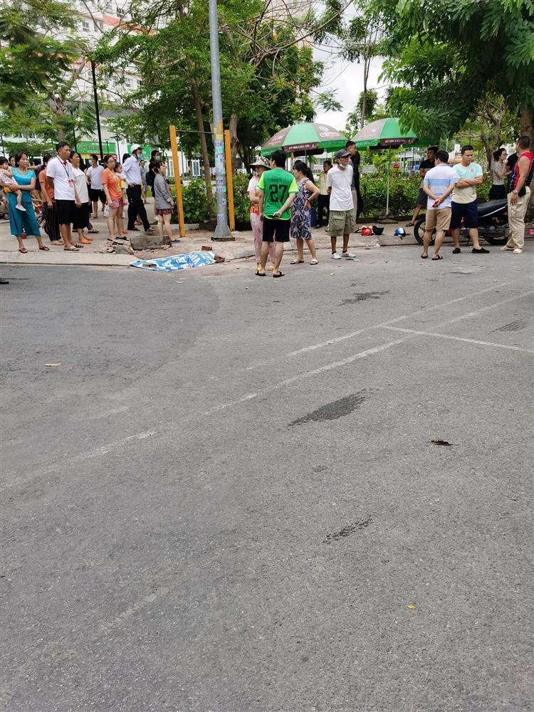 Nữ tài xế đạp nhầm chân ga tông trúng 2 mẹ con đứng dưới sân chung cư-2