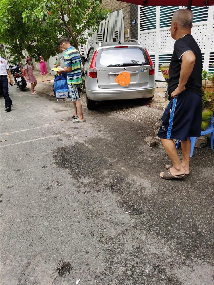 Nữ tài xế đạp nhầm chân ga tông trúng 2 mẹ con đứng dưới sân chung cư-3