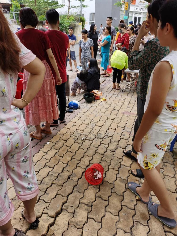 Clip: Nữ tài xế đạp nhầm chân ga tông vào 2 mẹ con, bé gái văng xa, nằm bất động-2