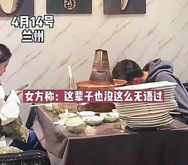 Bị gia đình ép đi xem mắt, đàng trai ăn liền 30 đĩa thịt còn bắt đàng gái thanh toán-1
