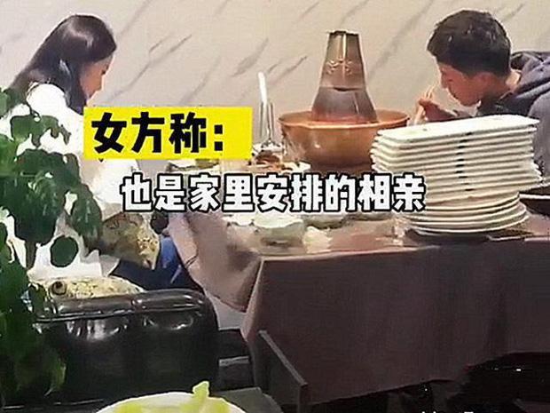 Bị gia đình ép đi xem mắt, đàng trai ăn liền 30 đĩa thịt còn bắt đàng gái thanh toán-2