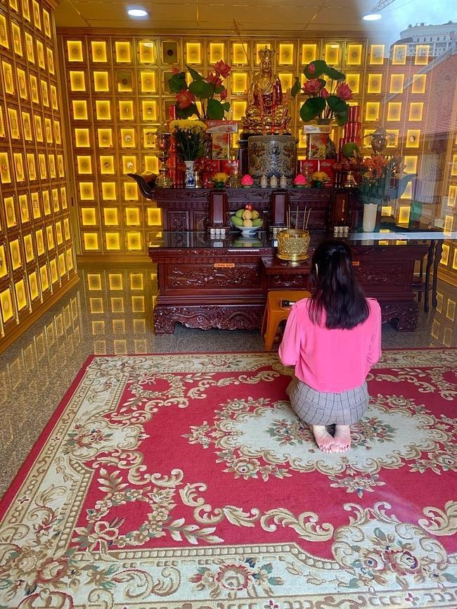 Lý Nhã Kỳ lặng lẽ đến viếng Minh Lộc sau 49 ngày mất-2