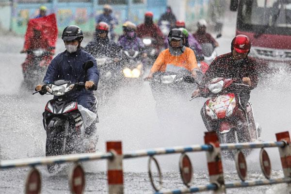 TP.HCM mưa dông vào chiều tối-1