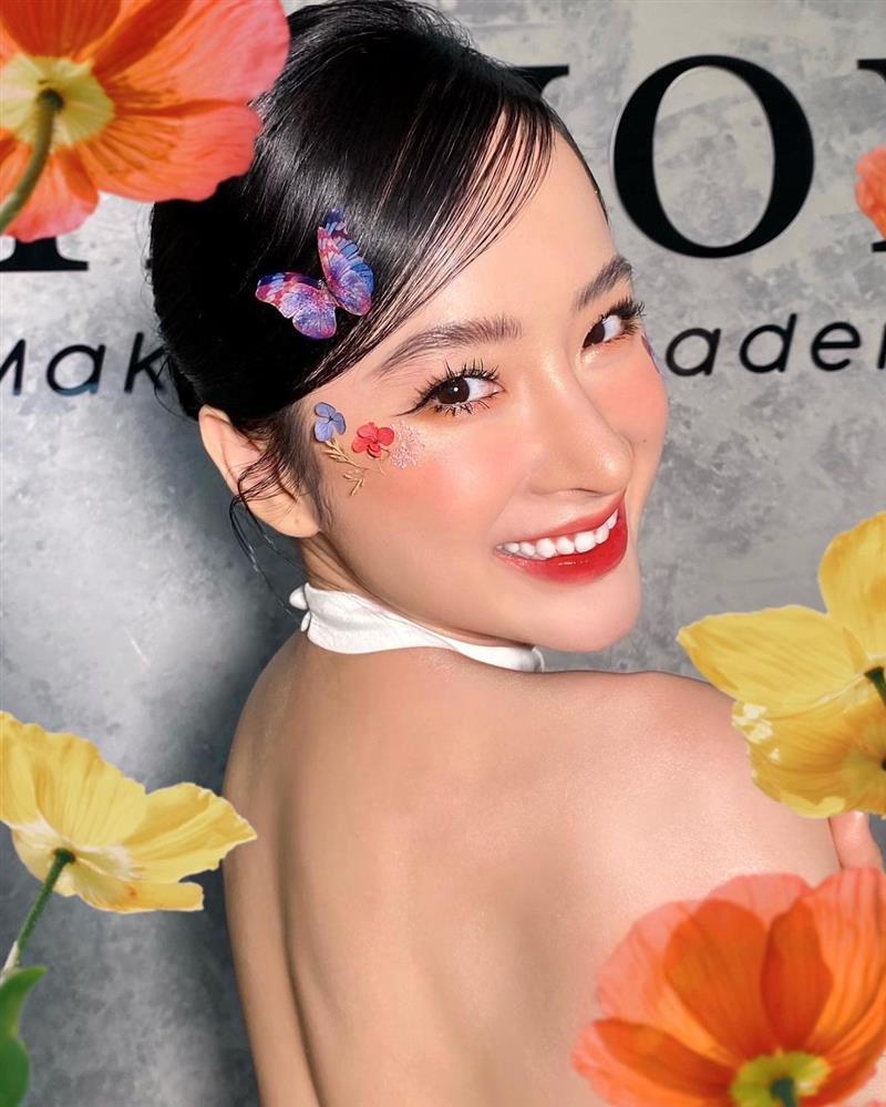 Angela Phương Trinh mặc áo yếm khoe lưng trần bán cơm chay-4