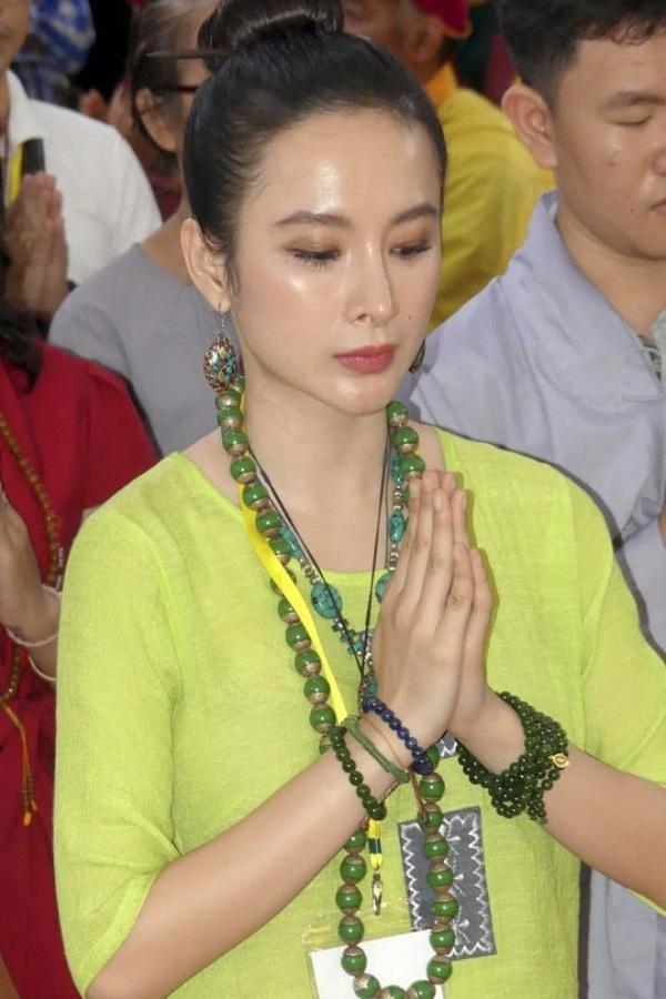 Angela Phương Trinh mặc áo yếm khoe lưng trần bán cơm chay-7