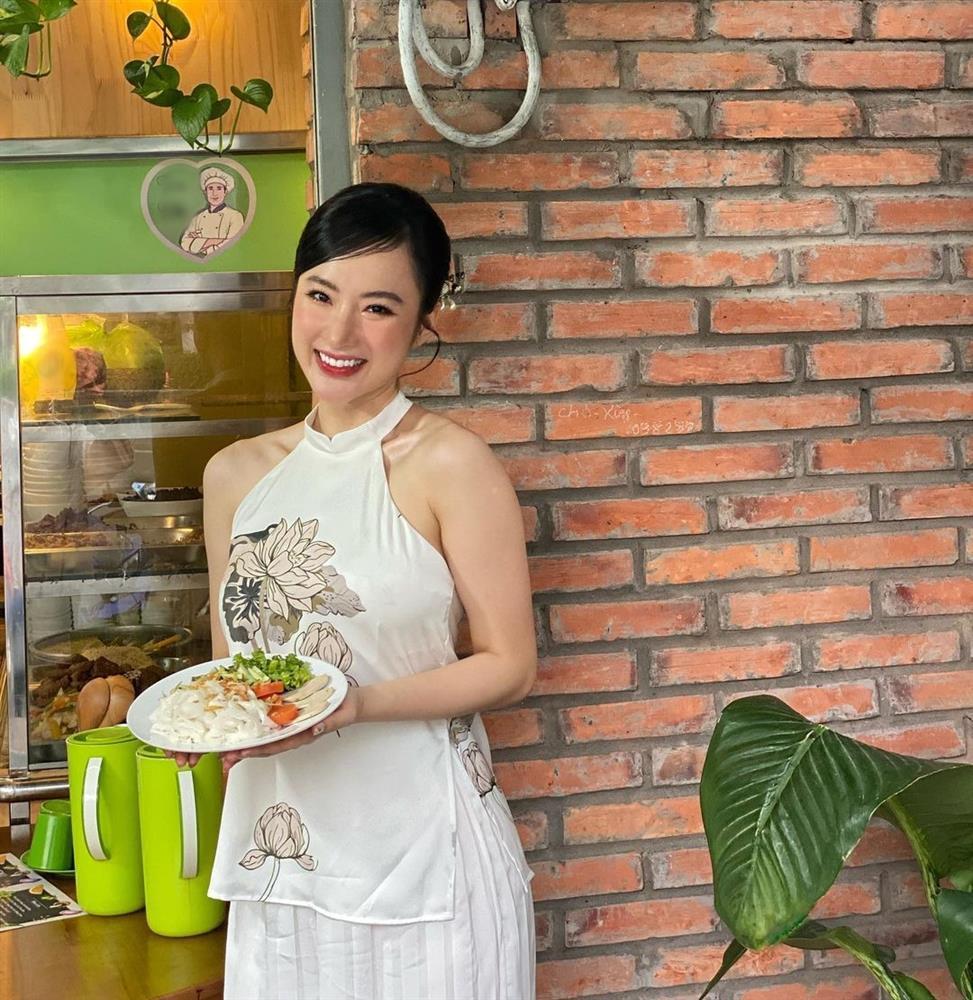 Angela Phương Trinh mặc áo yếm khoe lưng trần bán cơm chay-1