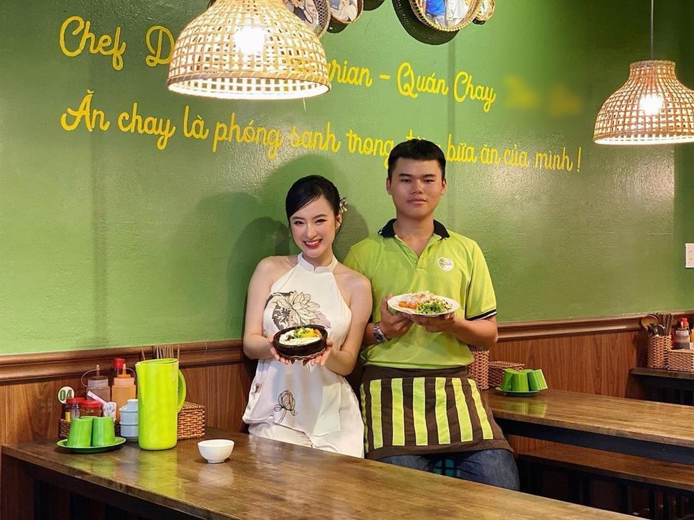 Angela Phương Trinh mặc áo yếm khoe lưng trần bán cơm chay-2
