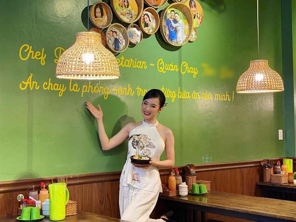 Angela Phương Trinh mặc áo yếm khoe lưng trần bán cơm chay-3
