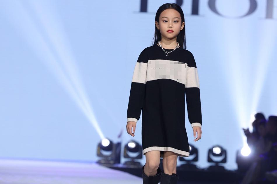 Con gái Lý Tiểu Lộ catwalk cực thần thái gây ngỡ ngàng-3