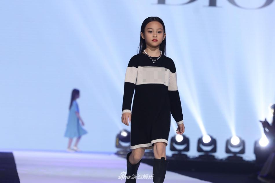 Con gái Lý Tiểu Lộ catwalk cực thần thái gây ngỡ ngàng-4