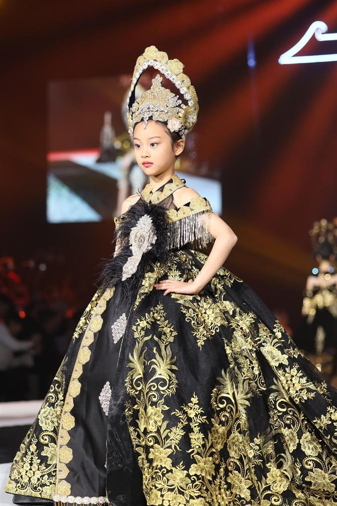 Con gái Lý Tiểu Lộ catwalk cực thần thái gây ngỡ ngàng-6