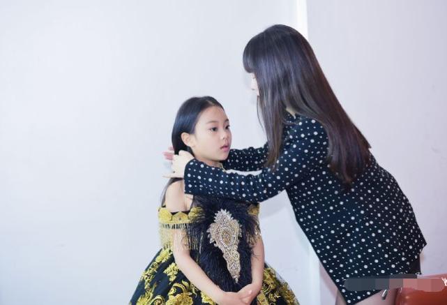 Con gái Lý Tiểu Lộ catwalk cực thần thái gây ngỡ ngàng-11