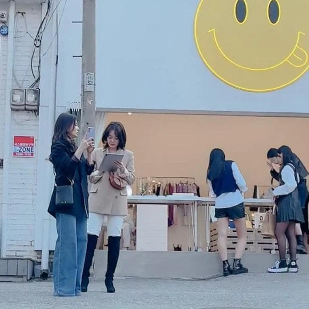 Song Hye Kyo khiến antifan á khẩu khi mẫu túi cô đeo lại cháy hàng trong 1 nốt nhạc-1