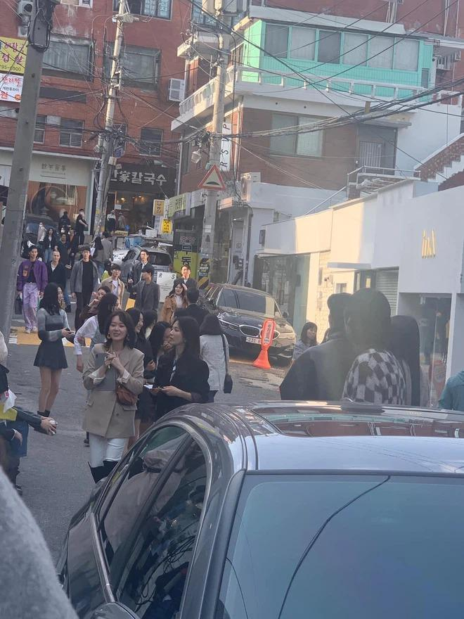 Song Hye Kyo khiến antifan á khẩu khi mẫu túi cô đeo lại cháy hàng trong 1 nốt nhạc-2