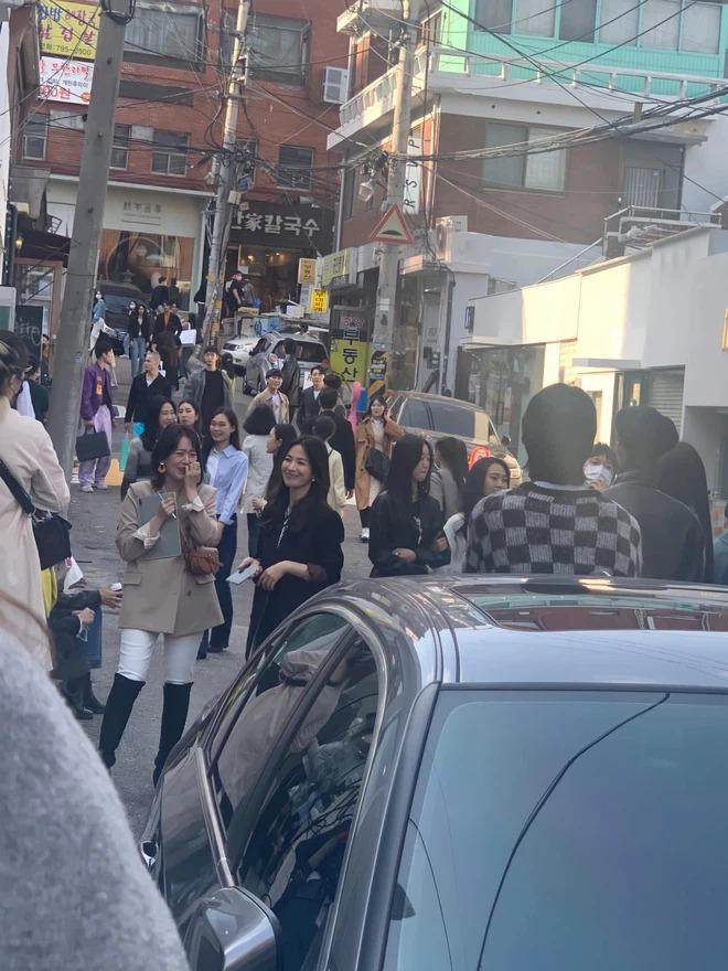 Song Hye Kyo khiến antifan á khẩu khi mẫu túi cô đeo lại cháy hàng trong 1 nốt nhạc-3