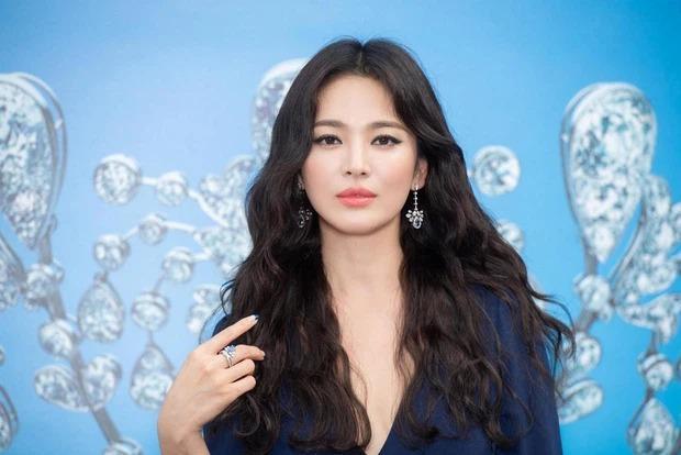 Song Hye Kyo khiến antifan á khẩu khi mẫu túi cô đeo lại cháy hàng trong 1 nốt nhạc-8