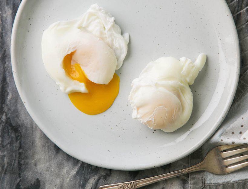 Chần trứng, đừng cho trực tiếp vào nước, thêm 2 bước nữa trứng ngon, không dính nồi-4