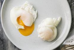 Chần trứng, đừng cho trực tiếp vào nước, thêm 2 bước nữa trứng ngon, không dính nồi