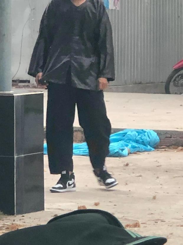 Nam sinh mặc đồ bộ đi học, dân mạng soi giá đôi giày đang đi mà choáng-1