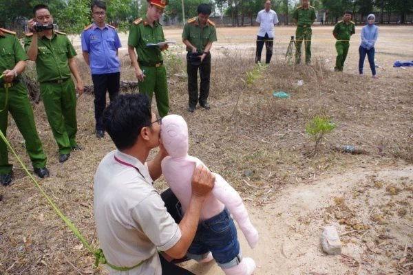 Bé gái 5 tuổi bị xâm hại, bóp cổ đến chết: Vợ khai gian lịch trình của chồng-1