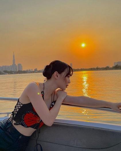 Ngọc Trinh đụng áo cánh bướm tí hon với Sun Ht, Phí Phương Anh-6