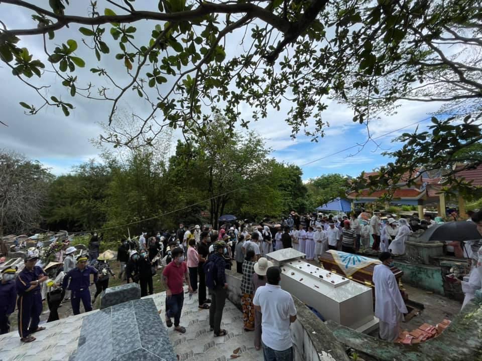 Xót xa hình ảnh Chi Dân trong tang lễ mẹ ruột-4