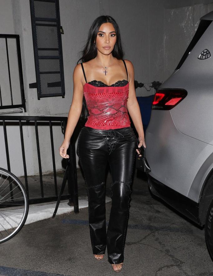 Chị em Kim Kardashian đụng hàng áo corset 6.349 USD-2
