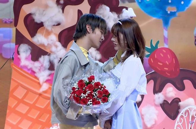 Phạm Đình Thái Ngân xin lỗi vì hôn khách mời ở game show-1