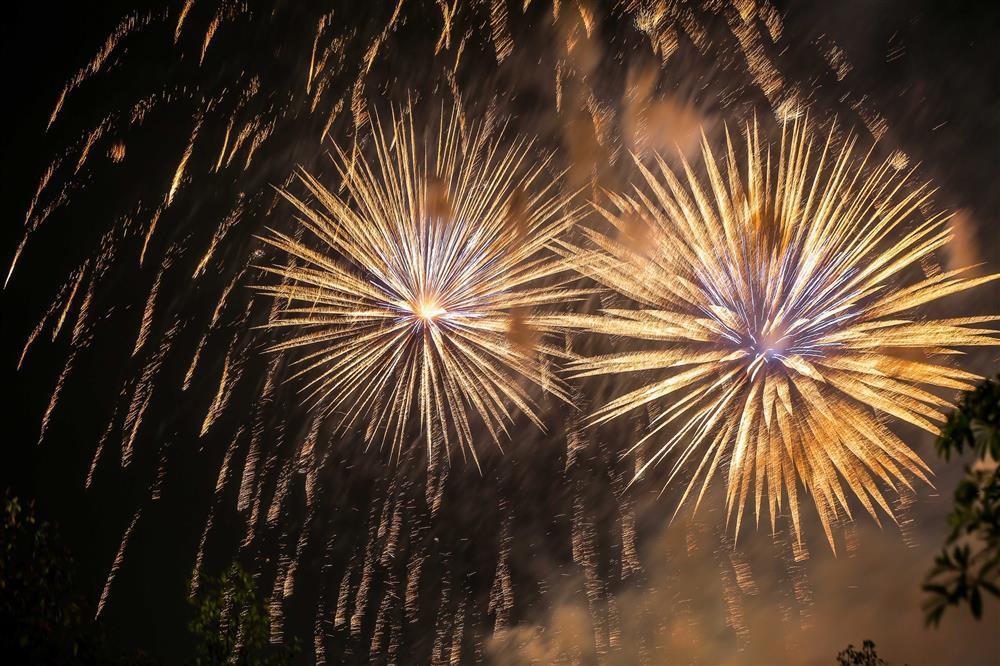 Nghìn người chen nhau chiêm ngưỡng pháo hoa rực rỡ trên đất Tổ-3