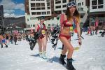 Hàng nghìn người mặc bikini trượt tuyết ở Nga