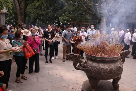 Phát khẩu trang cho biển người tới dâng hương tại đền Hùng