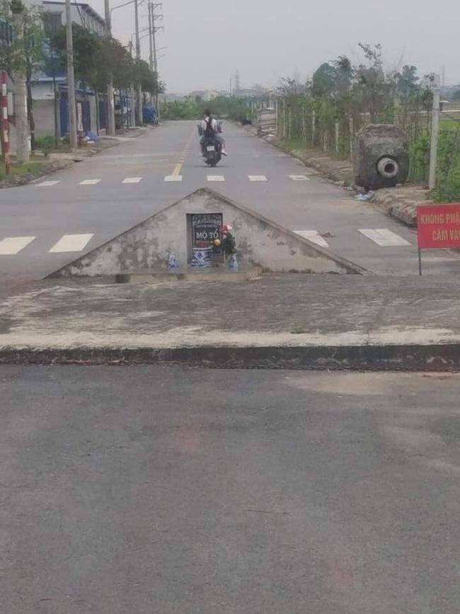 Bia đá mọc chình ình ngay giữa đường, dòng chữ trên đó càng khiến nhiều người kinh sợ-2