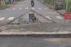 Bia đá 'mọc' chình ình ngay giữa đường, dòng chữ trên đó càng khiến nhiều người kinh sợ