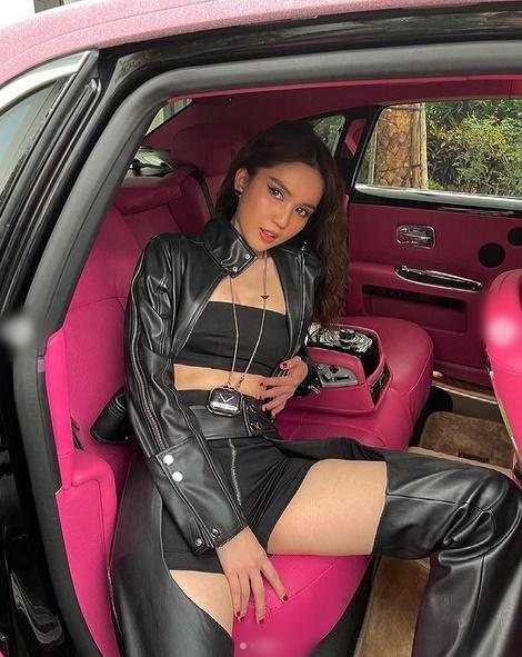 Ngọc Trinh mặc quần khoét đúng chỗ hiểm thả dáng bên xế hộp 30 tỷ-3