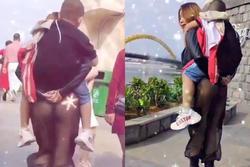 Chị gái nghiện thả rông cõng con rong chơi trong chiếc quần lộ rõ vòng 3