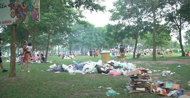 Sau 1 ngày nghỉ lễ, cảnh người về rác ở lại tại công viên Yên Sở thật sự kinh hãi-1