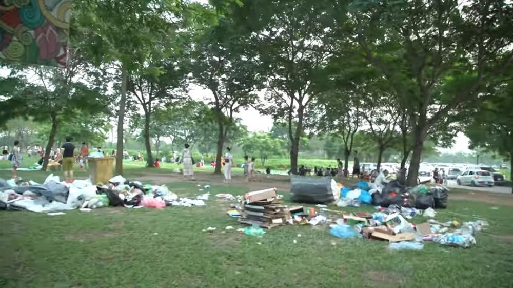 Sau 1 ngày nghỉ lễ, cảnh người về rác ở lại tại công viên Yên Sở thật sự kinh hãi-3