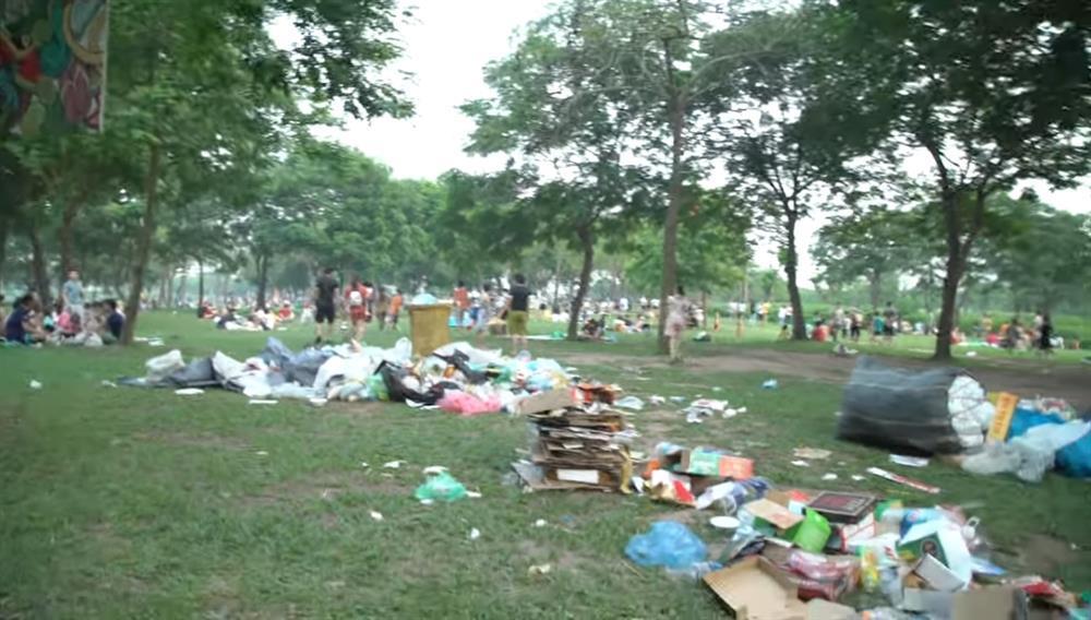 Sau 1 ngày nghỉ lễ, cảnh người về rác ở lại tại công viên Yên Sở thật sự kinh hãi-4