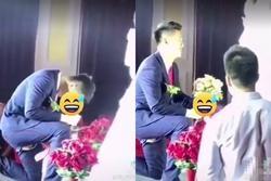 Quỳ gối trao hoa rách đũng quần, chú rể có pha xử lý khiến cô dâu đứng hình