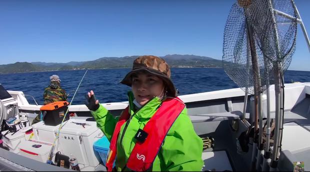 Tranh cãi Quỳnh Trần JP câu cá mập con ăn, cảnh máu me cũng đưa vào video-1