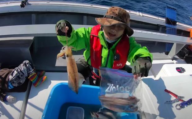 Tranh cãi Quỳnh Trần JP câu cá mập con ăn, cảnh máu me cũng đưa vào video-2