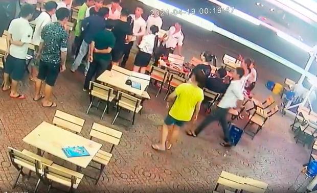 Clip: CSGT nổ súng khống chế nhóm thanh niên hỗn chiến ở Sài Gòn-1