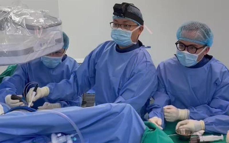 Rùng mình:  Bác sĩ nội soi lấy hơn 50 viên sỏi trong khớp háng của người phụ nữ-2