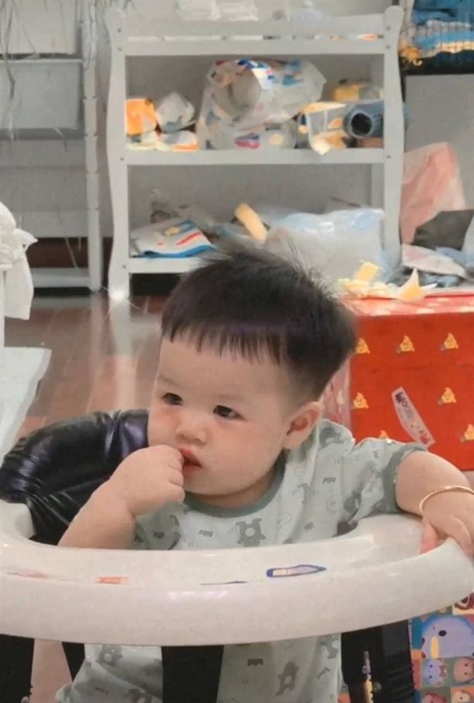 Ngoại hình cực yêu của cháu trai Minh Nhựa, nhìn thôi muốn tan chảy rồi-9