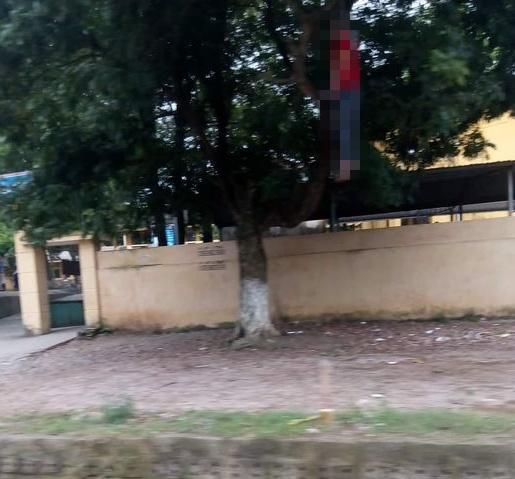Người đàn ông chết trong tư thế treo cổ ngay cạnh cổng trường học-1