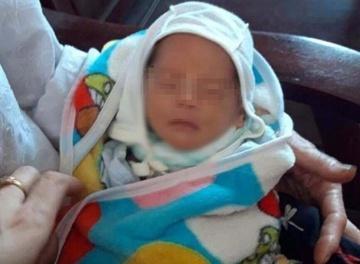 Bé trai sơ sinh bị bỏ rơi trước nhà dân-1