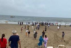 4 học sinh bị sóng cuốn khi tắm biển