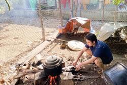 Mới cưới xong, Phan Mạnh Quỳnh nhóm bếp củi làm gà cho vợ khiến dân mạng cưng xỉu
